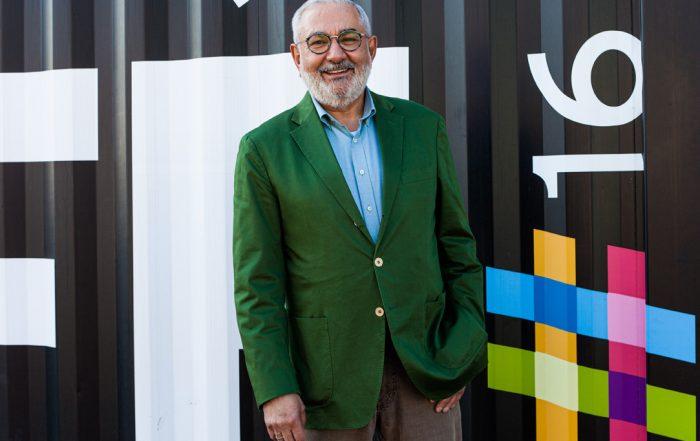 Bürgermeister Wolfgang Erichson steht vor dem Café Leitstelle des Dezernat16