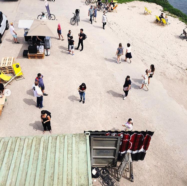 Einzelne Personen unweit eines Flusses, von oben fotografiert